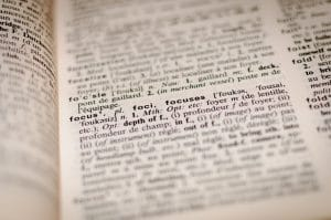 """Wörterbuch, Bildausschnitt fokussiert auf das Wort """"Fokus"""""""