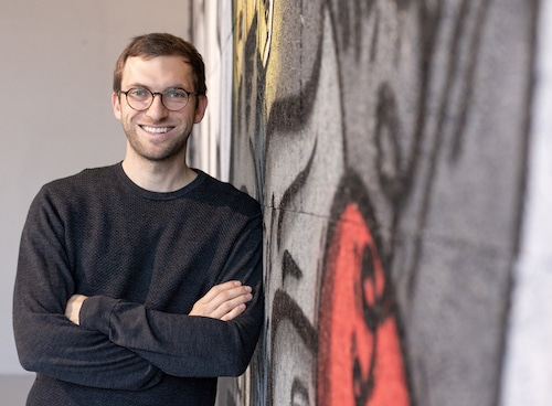 Daniel Weingartshofer lehnt an Wand