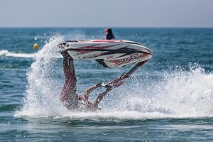 Jet-Ski Fahrer der kopfüber ins Meer fällt