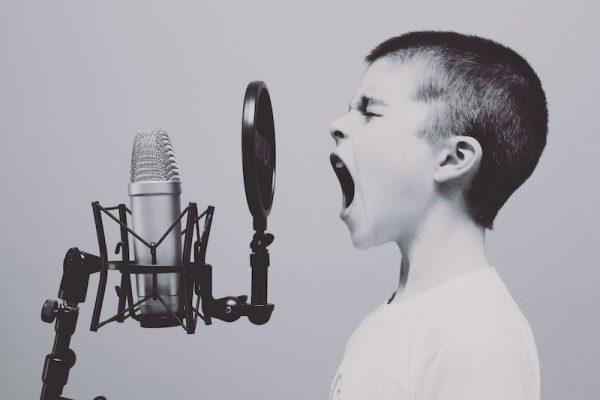 Kind schreit in Mikrofon