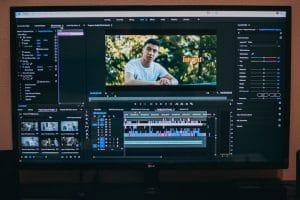 Laptopbildschirm mit geöffnetem Videoschnittprogramme